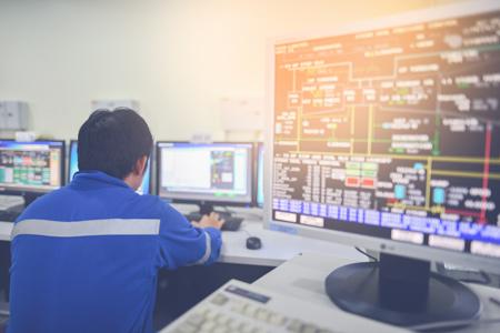 Prikaz nadzorne sobe in zaposlenega, ki izvaja nadzor nad procesi