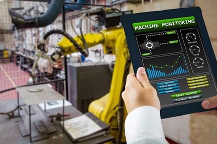 uporabnik na prenosni napravi pregleduje delovanje proizvodnih naprav