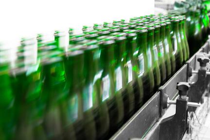 Steklenice piva na traku v proizvodnji